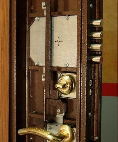 Как подобрать, врезать и отремонтировать замки для железной двери?